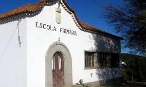Pais e alunos de freguesia do concelho de Viana do Alentejo fecham escola em protesto por falta de professores