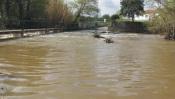 Chuvas torrenciais impedem circulação automóvel na zona de Porto de Lãs, em Montemor-o-Novo