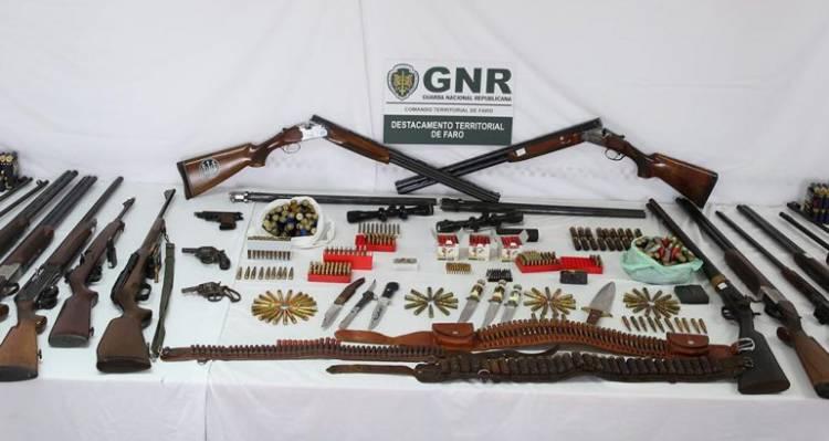 GNR apreende arsenal com mais de duas dezenas de armas e 1000 munições no Baixo Alentejo