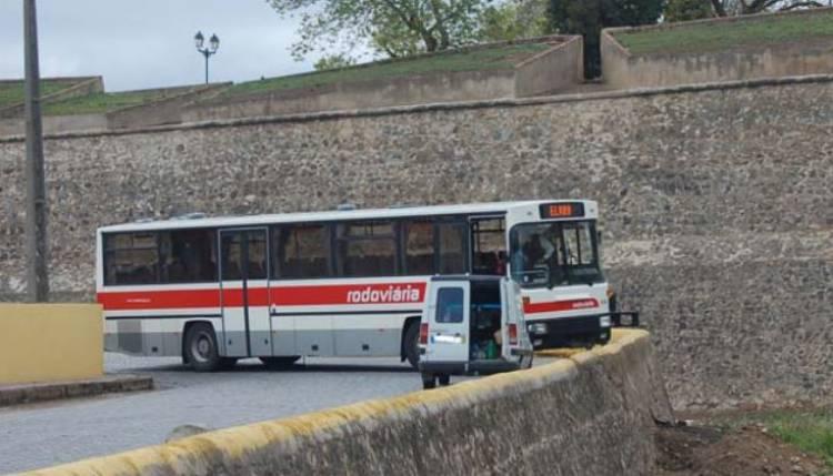 Autocarro em Elvas despista-se e fica suspenso para dentro do fosso das muralhas