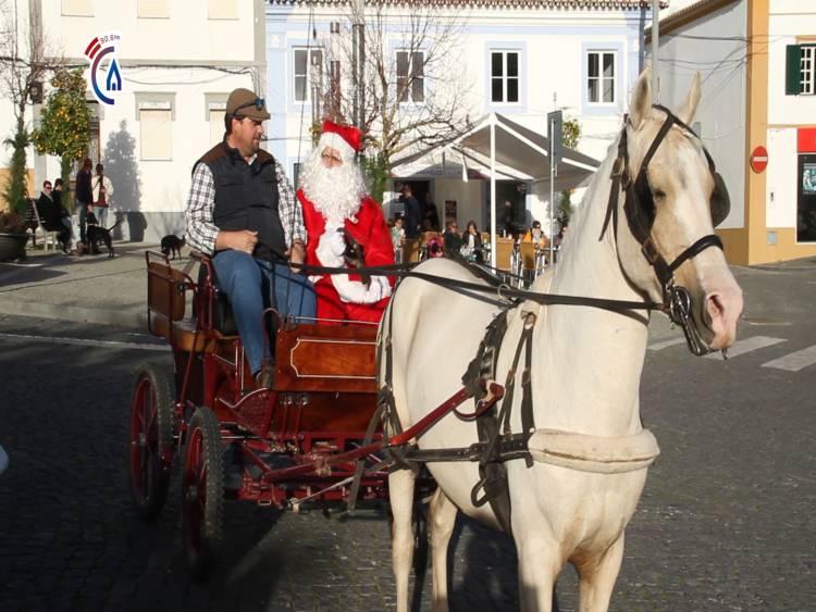 Campanário TV: Chegada do Pai Natal com neve artificial ao Alandroal delicia miúdos e graúdos