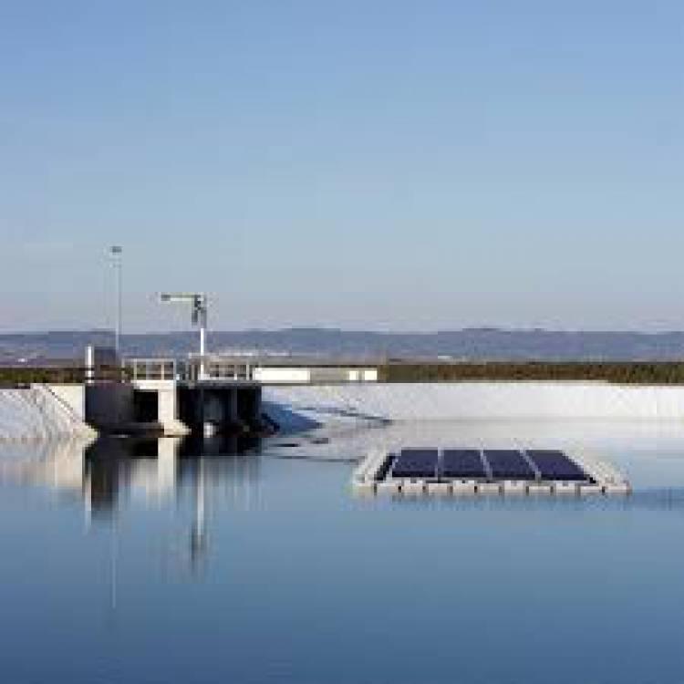 Alqueva: EDIA instala 1.º conjunto de painéis solares fotovoltaicos flutuantes