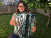 """""""11 anos de idade, 4 de acordeão e um sonho, ser professora de música"""", Carolina Marino acordeonista da Orada (c/ som)"""