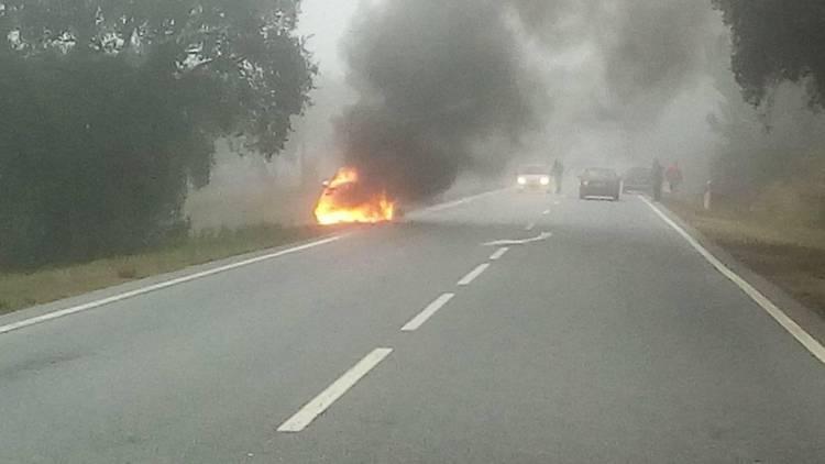 Veículo incendeia-se na estrada entre Évora Monte e Azaruja