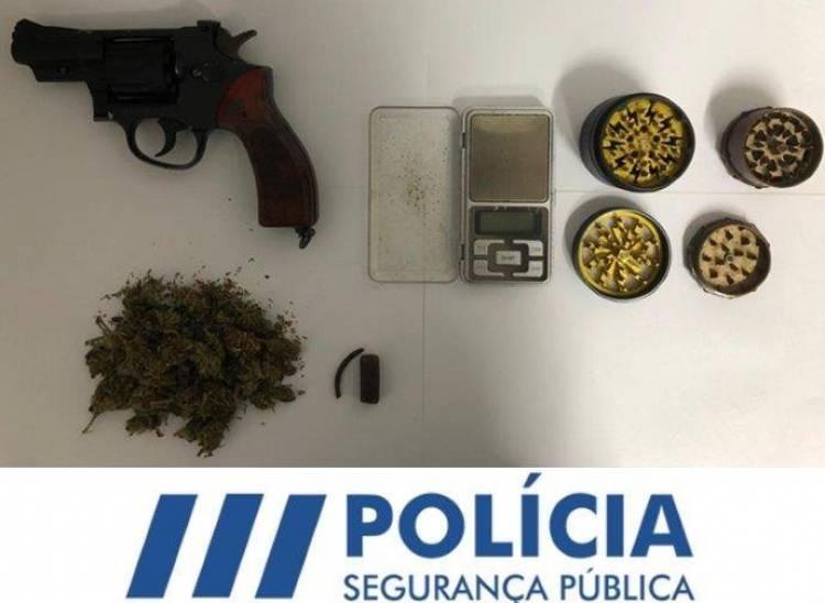Homem de 35 anos detido na posse de arma e produto estupefaciente