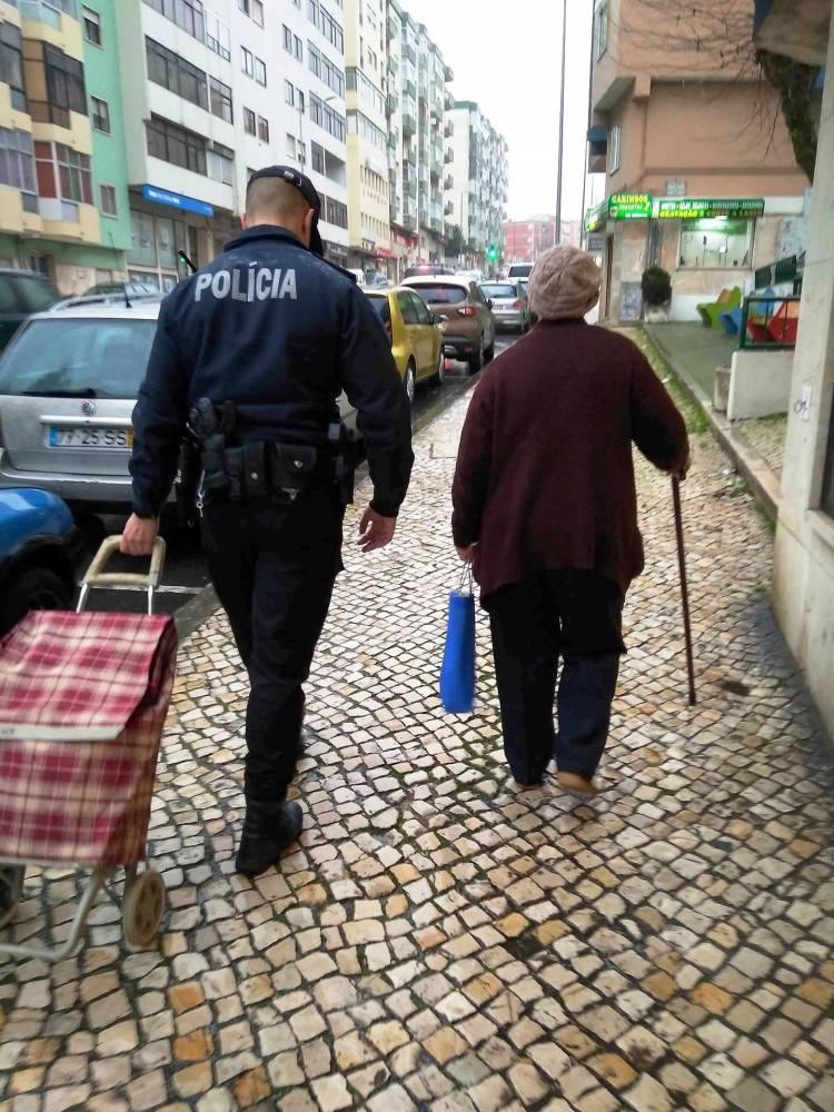 PSP de Portalegre  entrega  cabazes a idosos carenciados do centro histórico de Elvas