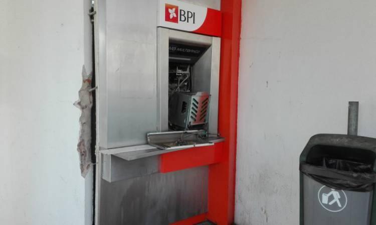 Indivíduos encapuçados assaltam caixa multibanco em Évora com recurso a explosão (c/som)