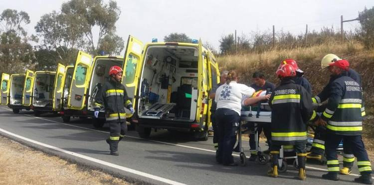 Nove seminaristas do Seminário Évora feridos em despiste de carrinha na N255 em Alandroal (c/fotos)