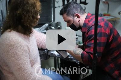 Veja em vídeo a história do tatuador de Vila Viçosa que esculpe na pele emoções e sentimentos