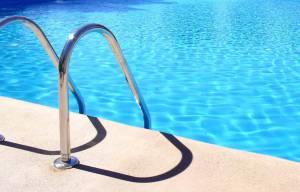 Doze jovens e um homem hospitalizados no Alentejo por intoxicação alimentar contraída em piscinas municipais