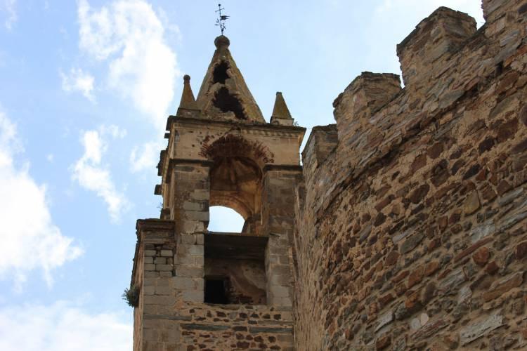 Trovoada deixa torre do Castelo de Mourão em risco de ruir