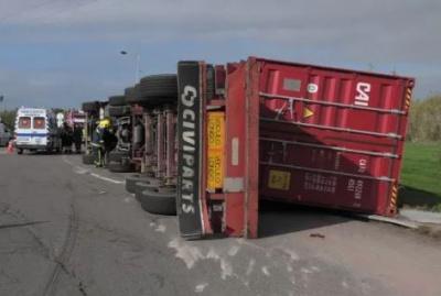 Camião despista-se após sair do Porto de Sines e deixa ferido um homem de 27 anos