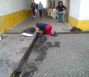 Comerciantes limpam sarjetas com medo de inundações no centro histórico de Évora