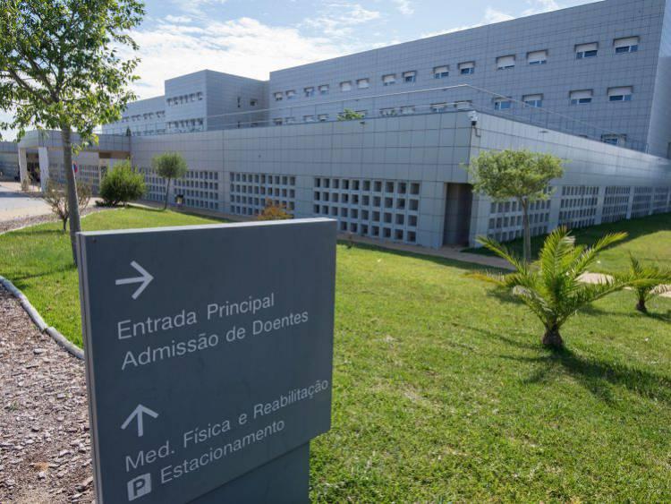 Falta de enfermeiro e ambulância faz Hospital do Litoral Alentejano falhar assistência a vítima de AVC