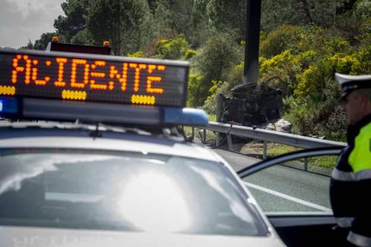 Colisão rodoviária entre 2 ligeiros de passageiros provoca 3 feridos em Évora