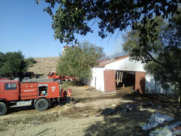 Incêndio em armazém destrói trator e alimento para animais no Litoral Alentejano