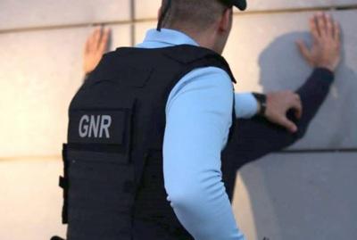 Detidos em flagrante delito por furto em veículo