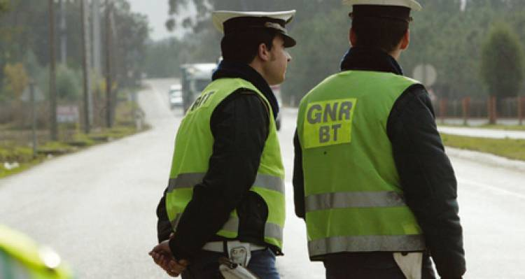 GNR registou 12 acidentes e 121 infrações rodoviárias este fim de semana, no distrito de Évora (c/som)
