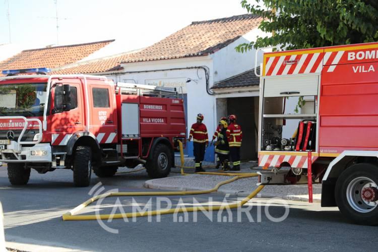 Incêndio em prédio de Vila Viçosa mobiliza 16 operacionais. A RC mostra-lhe as fotos