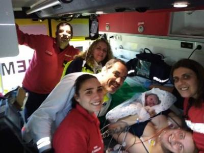 Bombeiros de Mourão assistem a parto a bordo de uma das suas ambulâncias. Recém-nascida é filha de elemento da corporação