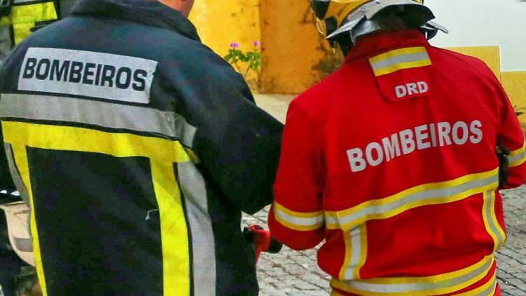 Incêndio consome 2 veículos no centro histórico de Évora