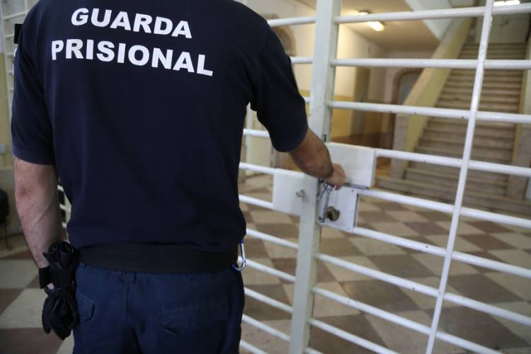 Mulher de 28 anos apanhada a tentar introduzir droga na prisão de Elvas