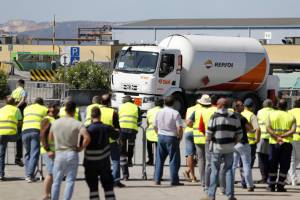 Sindicato dos motoristas de matérias perigosas desconvoca greve