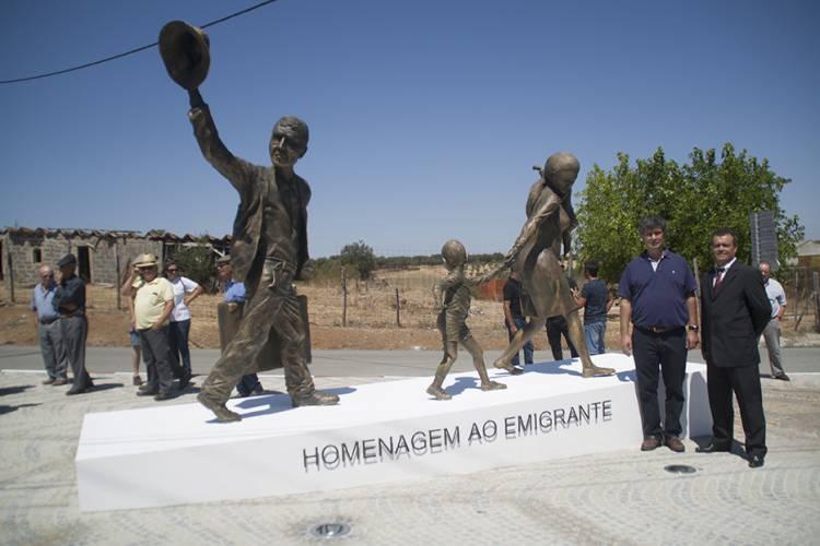 Emigrantes de Torre de Coelheiros homenageados com monumento (c/fotos)