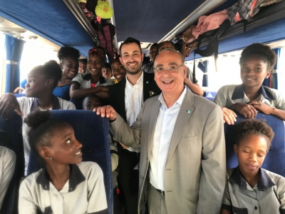 Câmara de Grândola oferece autocarro para transporte escolar de alunos de uma comunidade de Cabo Verde