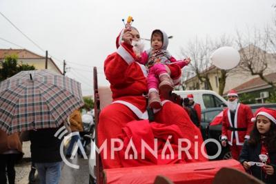 Dezenas de crianças foram abraçar o Pai Natal Motartd em Bencatel (c/fotos)
