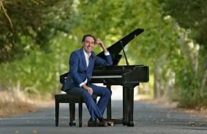 """Mário Moita, """"o único no mundo a cantar fado ao piano"""", viaja por 20 anos de carreira num concerto em Reguengos de Monsaraz, diz o artista à RC (c/som)"""