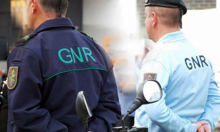 Denúncia por desacatos termina com detenção de homem por tráfico de droga