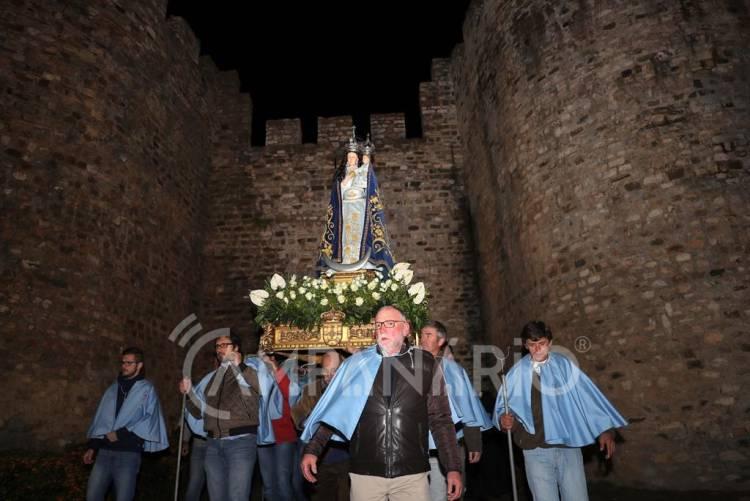Vila Viçosa: Em véspera do dia da Padroeira de Portugal, centenas de fiéis participaram na procissão das velas (c/fotos)