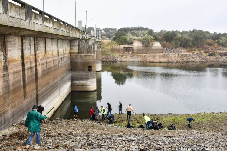 Voluntários limparam barragem do Monte Novo em Évora