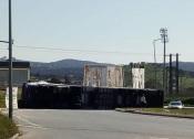 Camião tomba em rotunda de Montemor-o-Novo