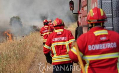 Incêndio em Vimieiro mobiliza 26 bombeiros e 1 meio aéreo