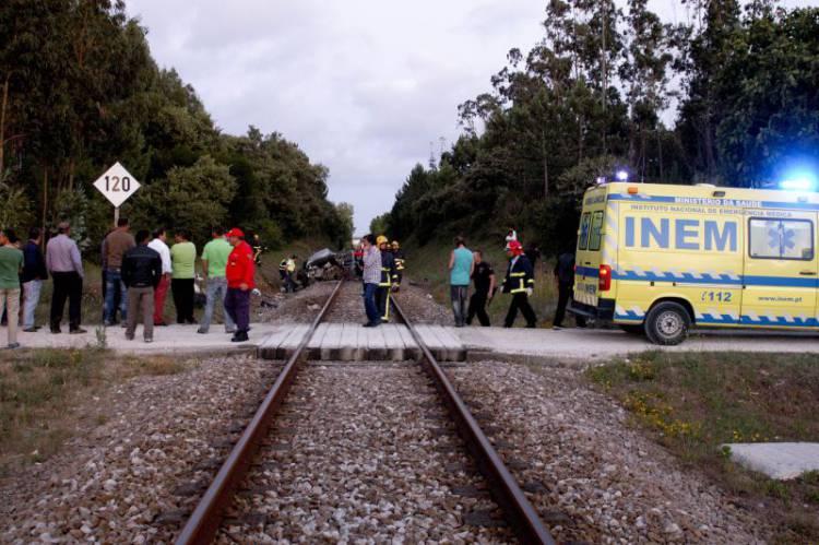 Comboio colhe veículo ligeiro em Sines