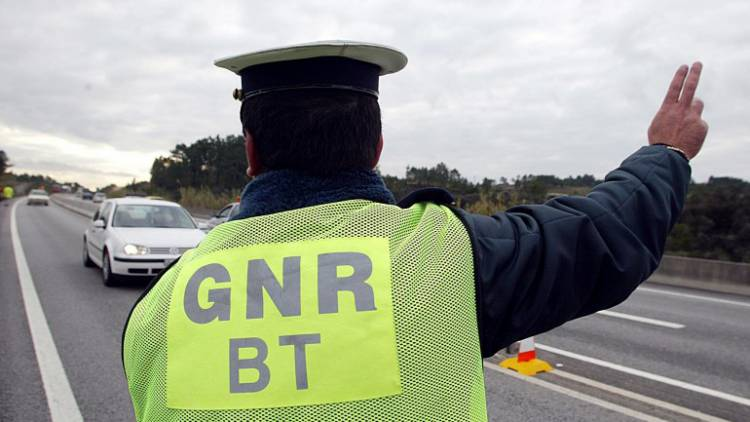 GNR detém indivíduo por condução de veículo sem carta de condução no Alentejo (c/som)