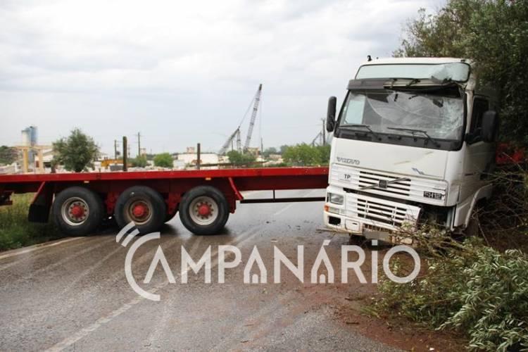 Camião despista-se entre Vila Viçosa e Bencatel e leva ao corte da via por tempo indeterminado (c/fotos)
