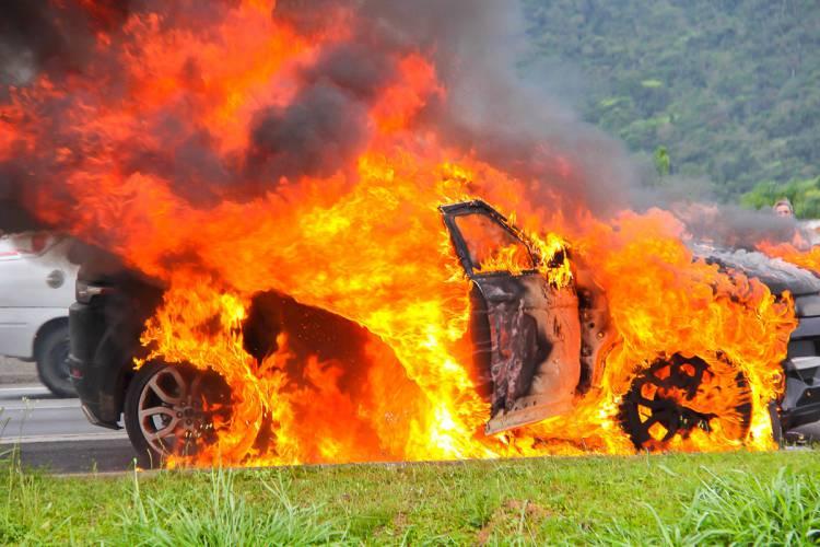 Automóvel consumido pelas chamas em Elvas