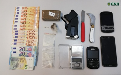 Alcácer do Sal: Homem detido em flagrante delito por tráfico de estupefacientes e posse ilegal de arma