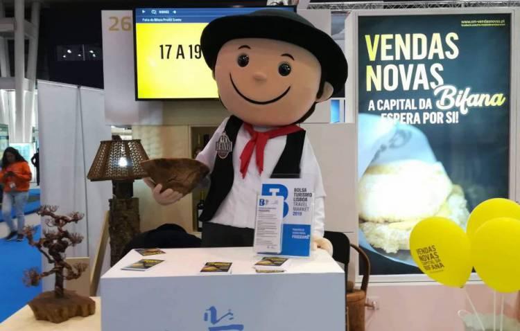 """Vendas Novas apresenta mascote e assume-se como """"Capital da Bifana"""" na Bolsa de Turismo de Lisboa"""