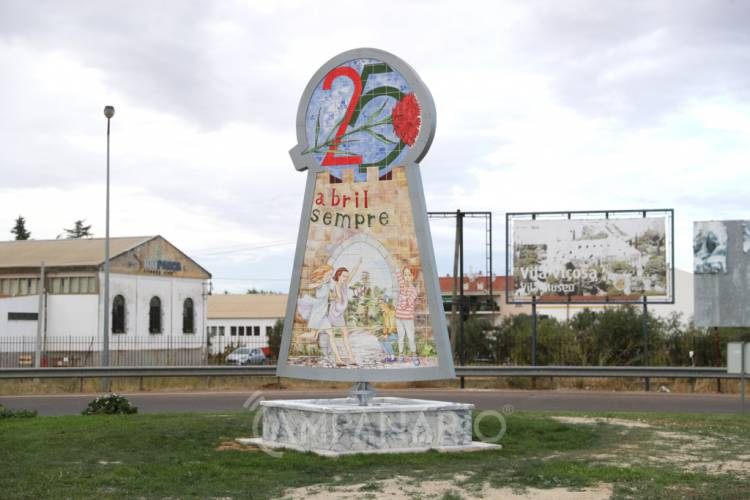 Vila Viçosa tem a partir de hoje rotunda com monumento alusivo ao 25 de Abril (c/fotos)