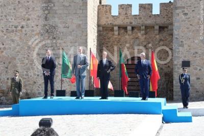 Três meses e meio depois do seu encerramento , fronteiras terrestres entre Portugal e Espanha reabriram hoje.