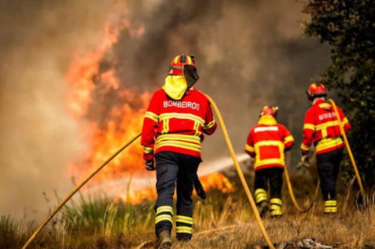 Capotamento de veículo em combate a incêndio fere quatro bombeiros no litoral alentejano