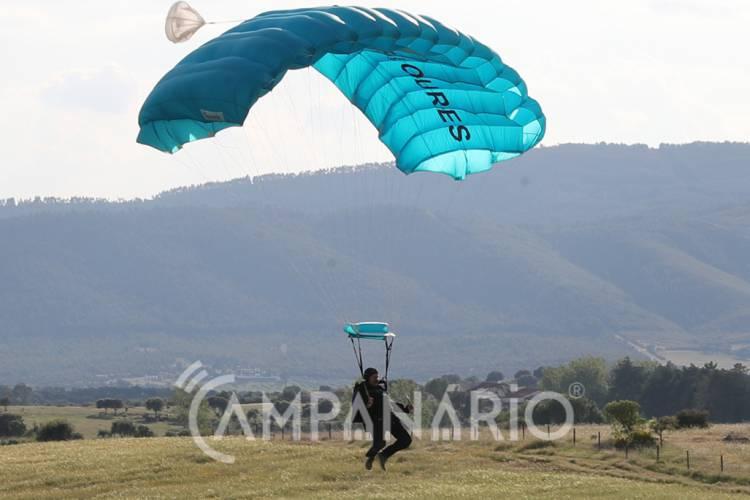 Paraquedistas animaram céus de Bencatel nas festas de Nossa Senhora das Mercês (c/fotos)