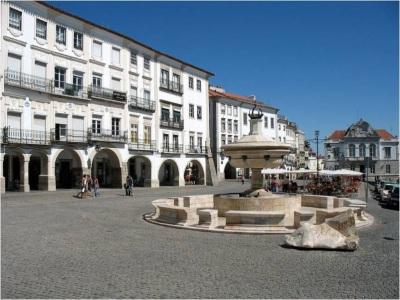 Covid-19: Concentração de empresários em Évora alerta para prejuízos na restauração,hotelaria e comércio