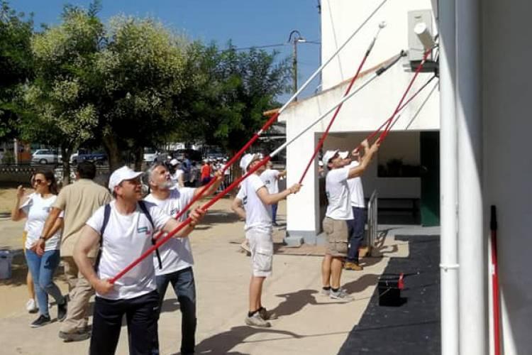 Mais de 100 voluntários recuperam Escola Básica em Moura (c/som)