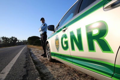 """GNR de Évora assegura que criança dentro de carro roubado em Montemor-o-Novo foi """"entregue aos pais"""""""